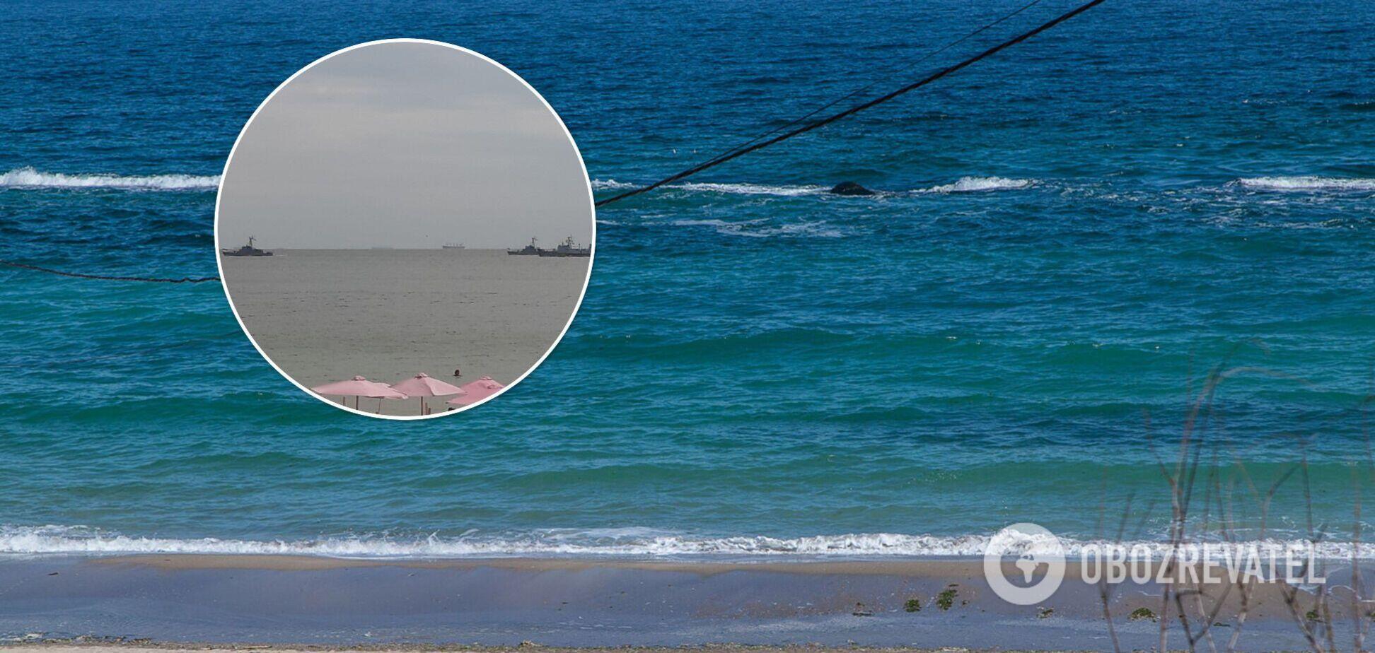 Туристы на одесских пляжах сняли на видео 'парад' военных кораблей