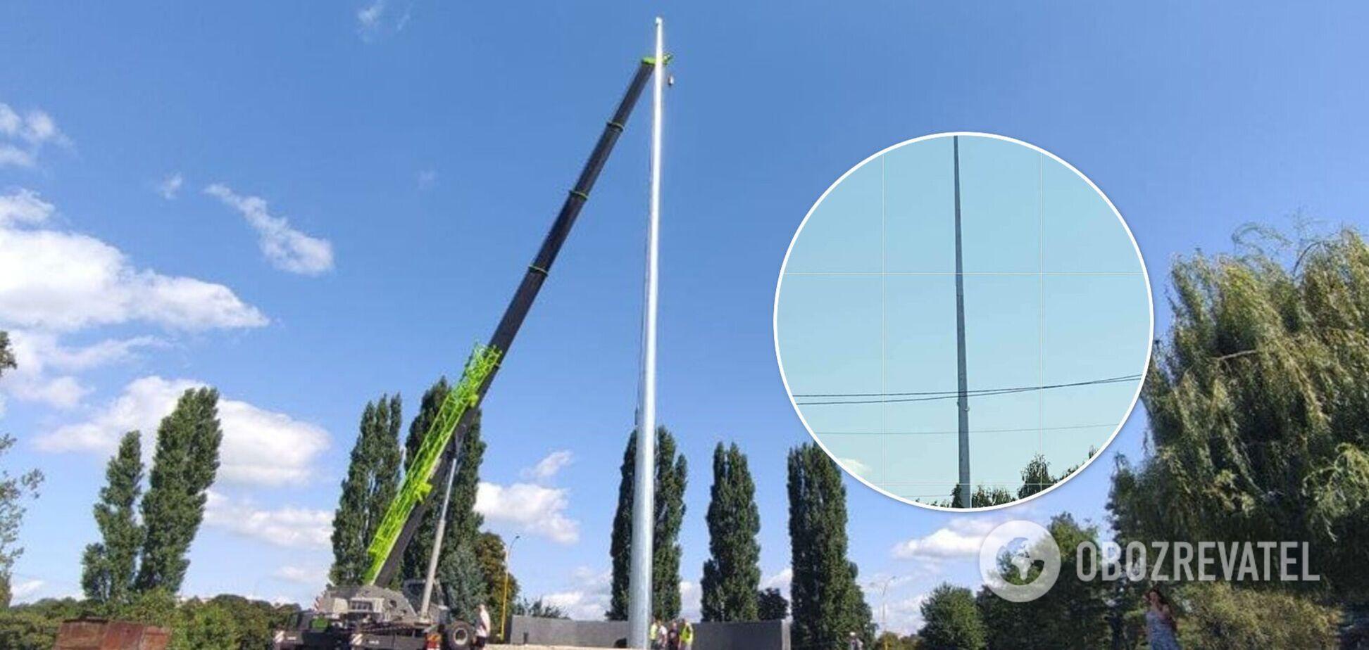 В Ужгороде наклонился 30-метровый флагшток, установленный ко Дню Независимости. Фото