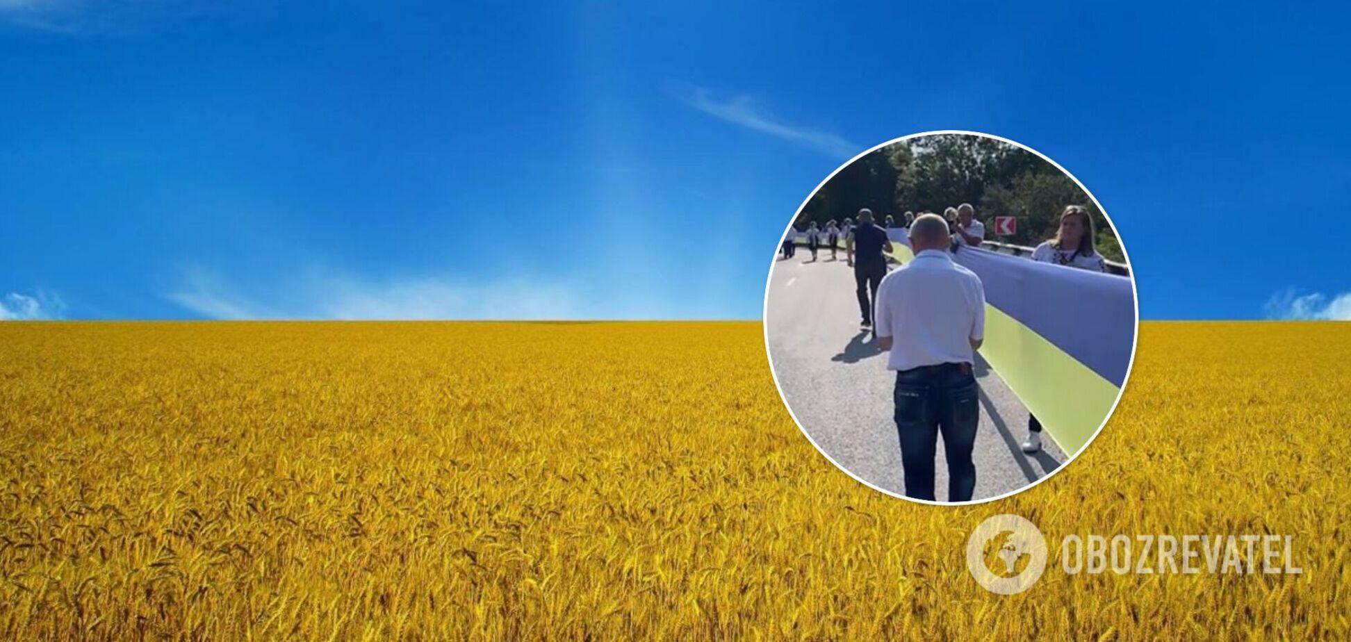 Між двома областями розгорнули рекордно великий прапор України