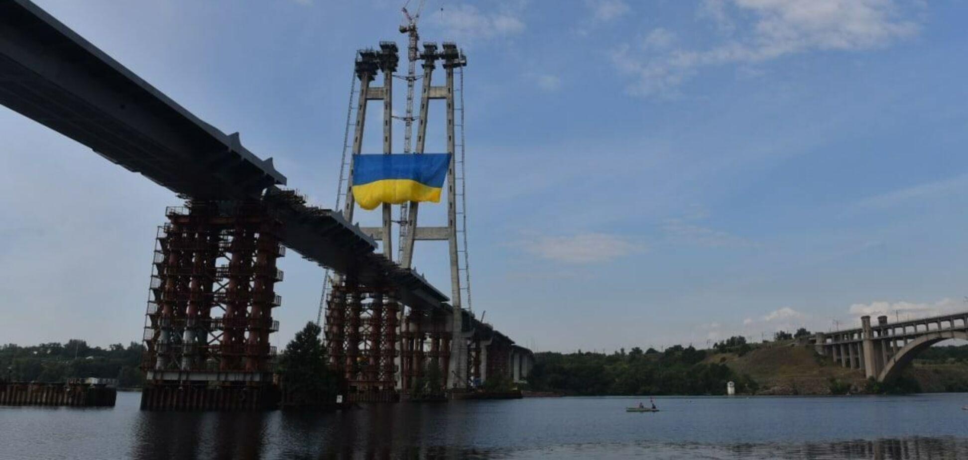 'Запоріжсталь' встановила прапор України на найвищій точці над Дніпром