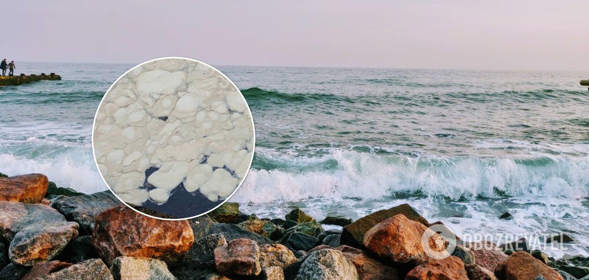 В Одесі море вкрилося невідомою субстанцією