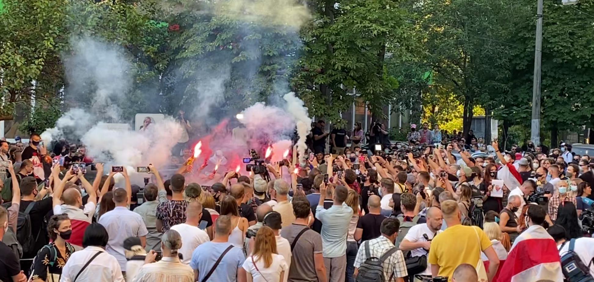 Под посольством Беларуси в Киеве зажгли файеры