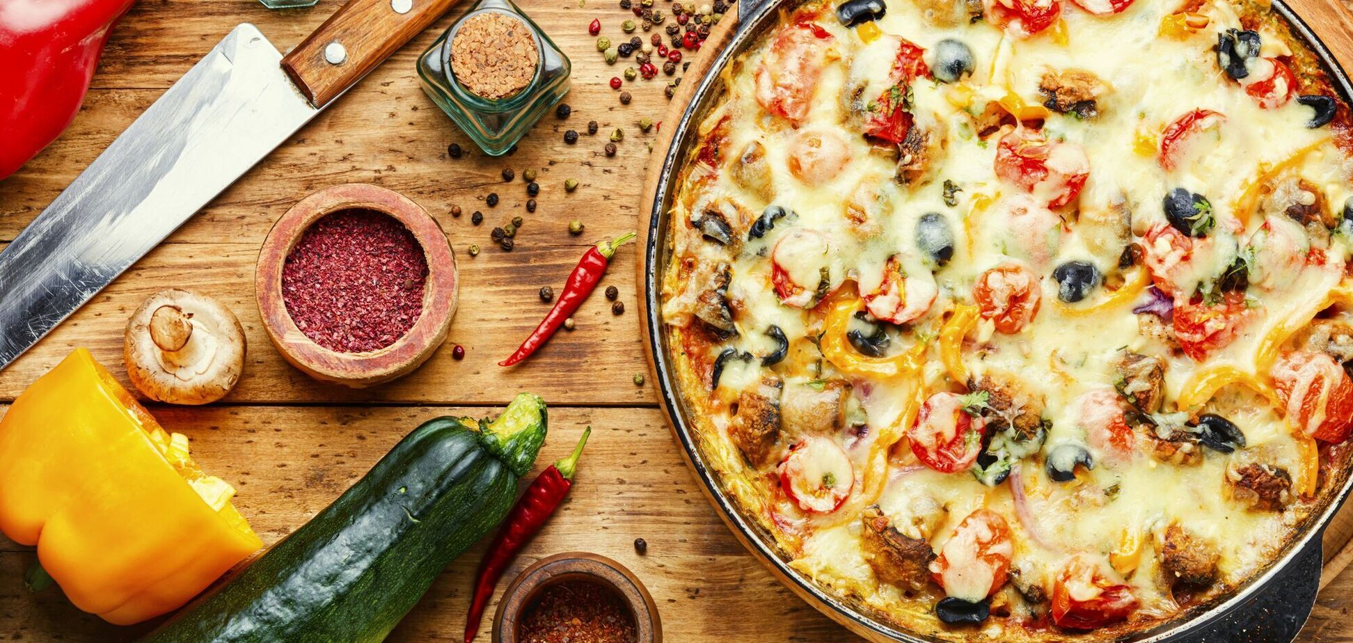 Пицца с овощами на сковороде