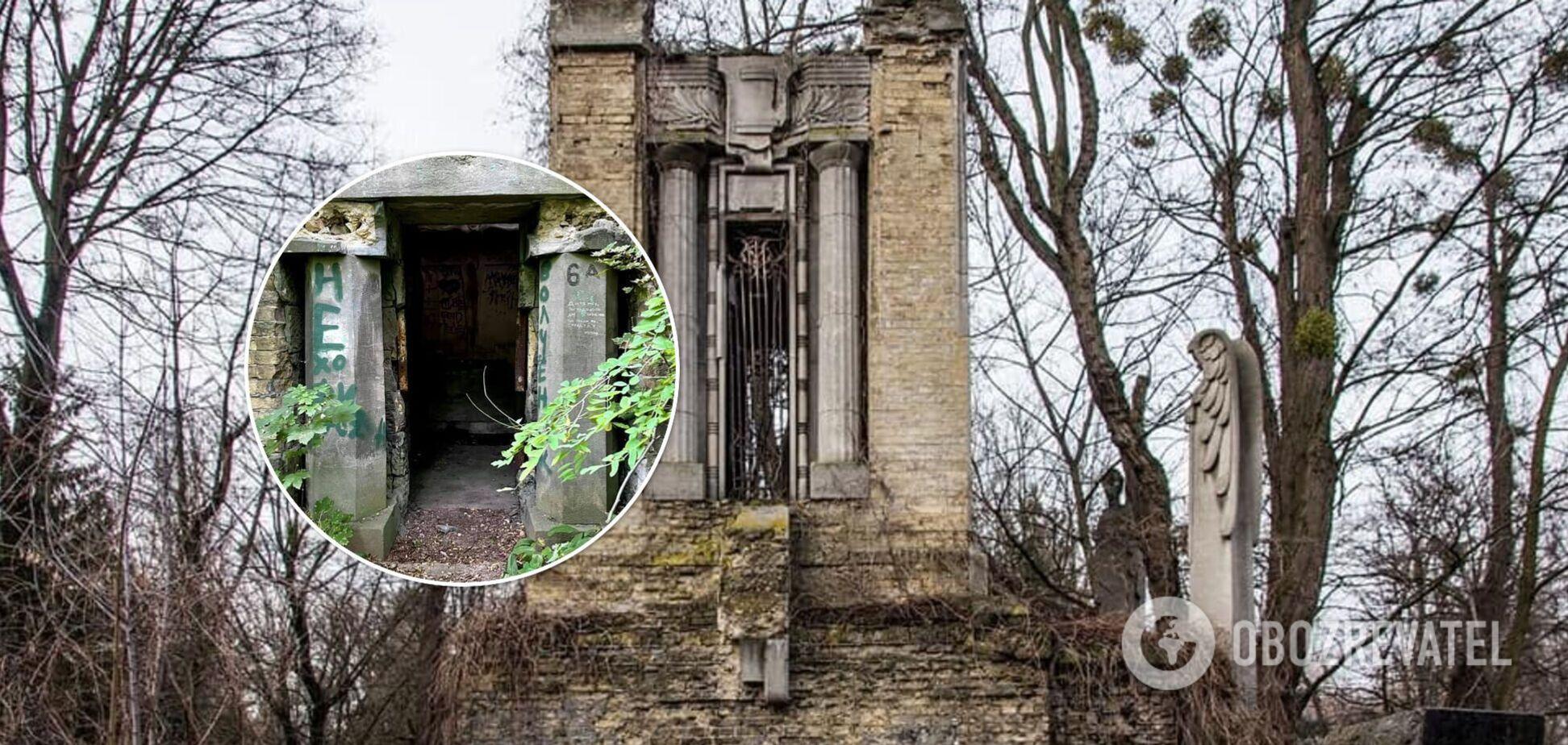 У Києві на Байковому кладовищі знищили унікальну огорожу на вході в старовинний склеп. Фото