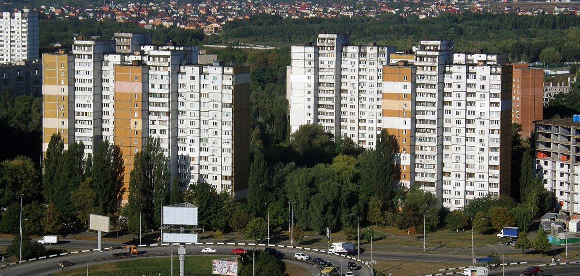 У Києві пенсіонерка кидала в дітей посуд з вікон своєї квартири