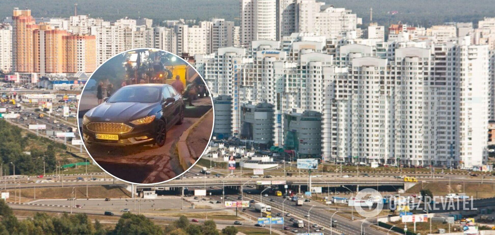 В Киеве дорожная служба уложила асфальт вокруг авто, которое 4 дня стояло на дороге