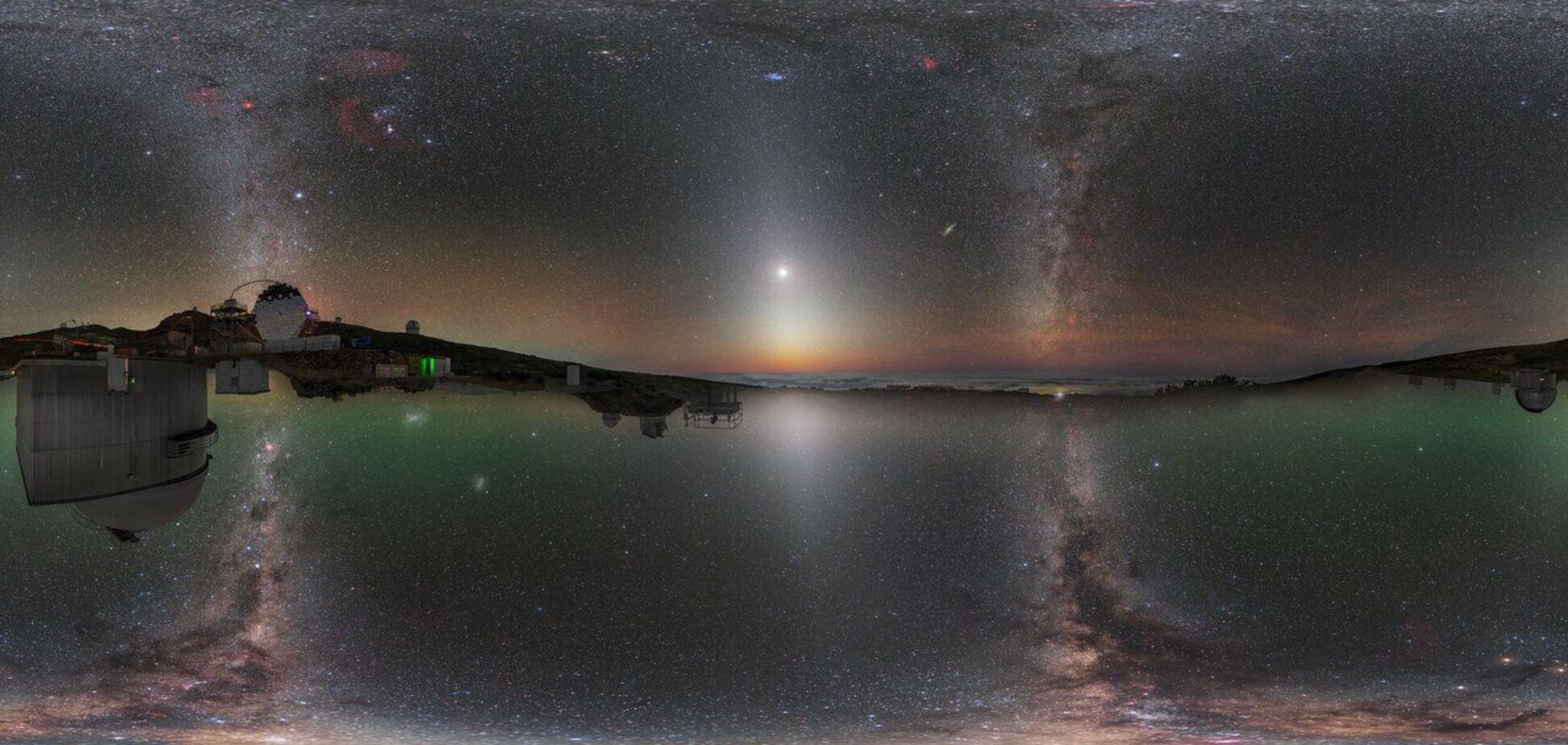 На унікальному знімку одночасно видно північну і південну півкулі в одному кадрі. Версія знімка в рівнопроміжній проєкції