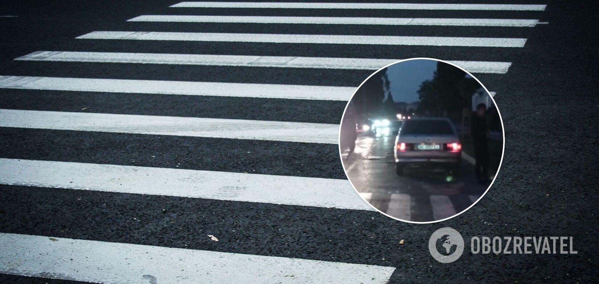 Девочка переходила дорогу по пешеходному переходу