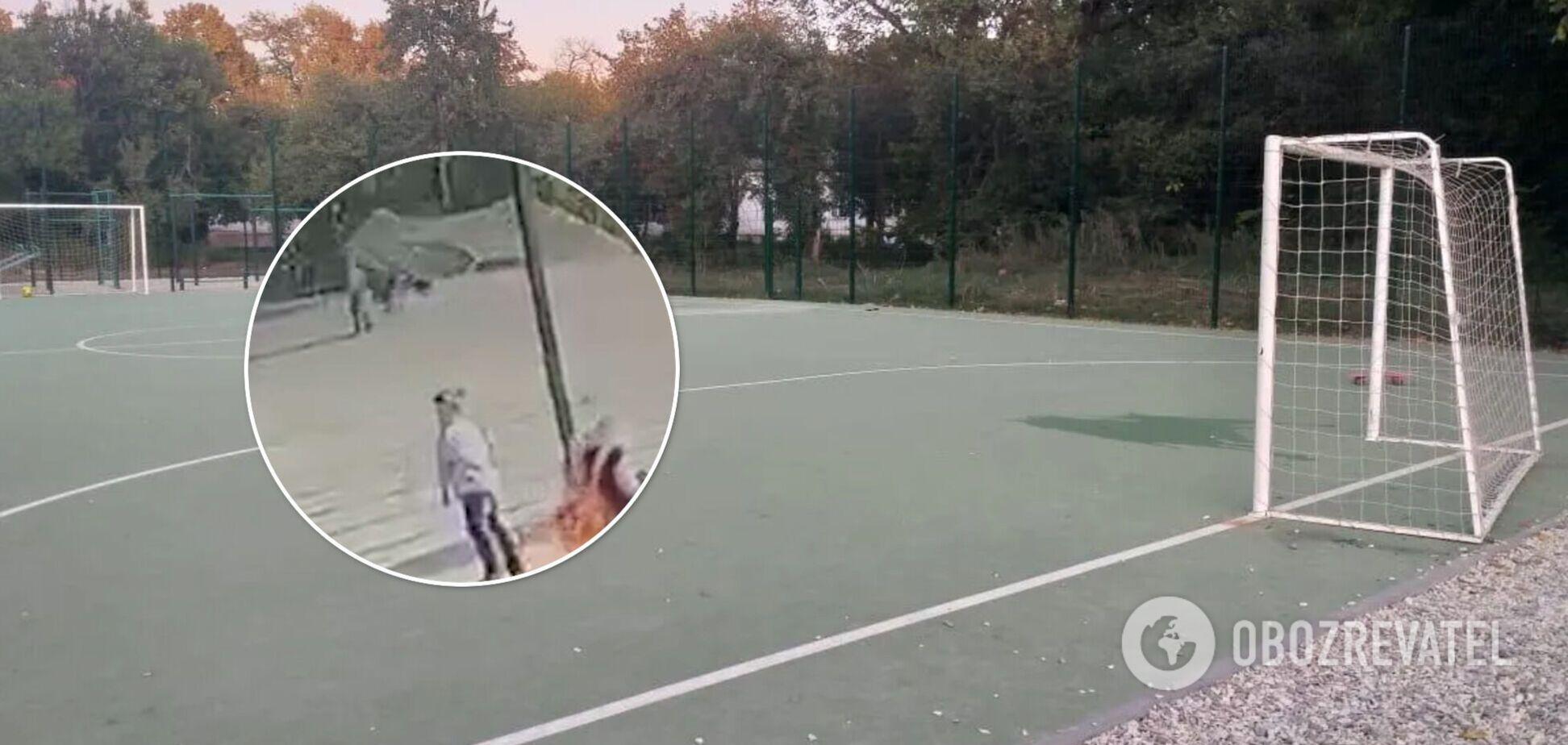 Падение футбольных ворот на ребенка в школе Харькова попало на видео