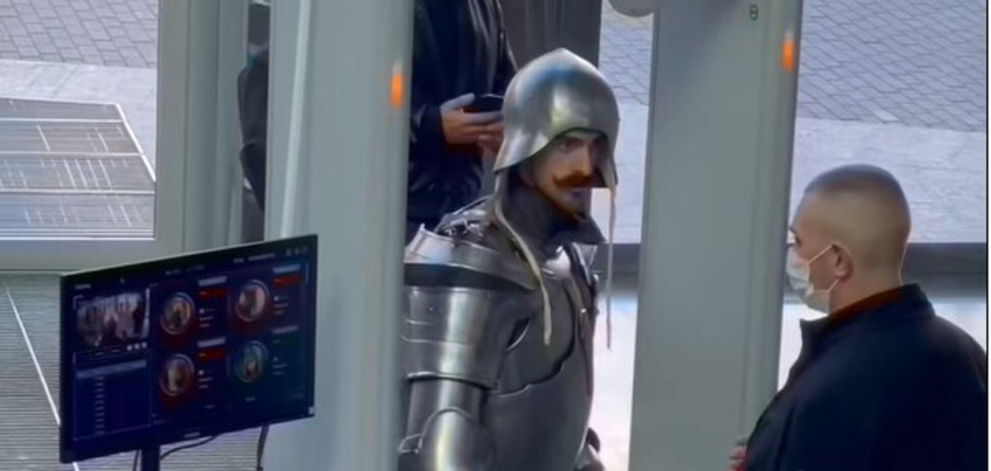 В ТРЦ Киева пришел рыцарь в доспехах