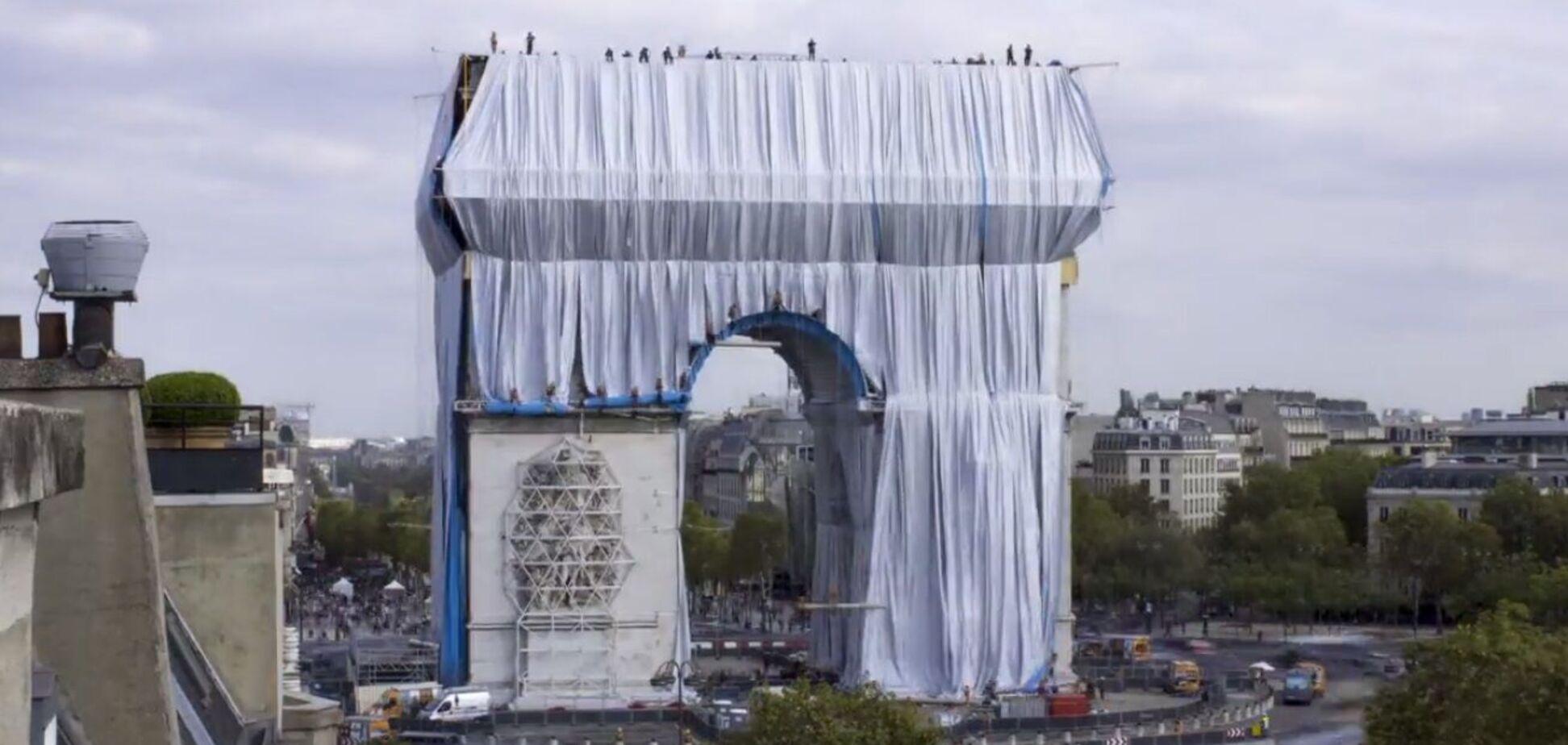 Триумфальную арку в Париже обернули тканью и превратили в современную инсталляцию