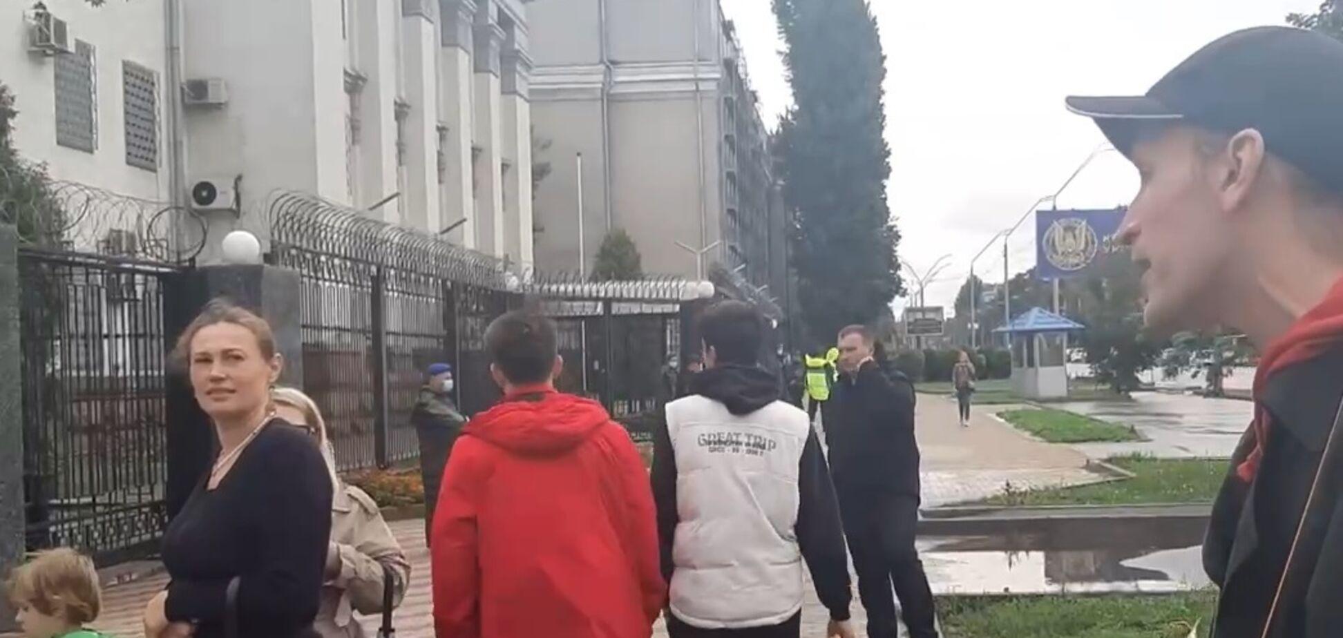 Беженец из РФ пикетировал выборы в российскую Госдуму в Киеве