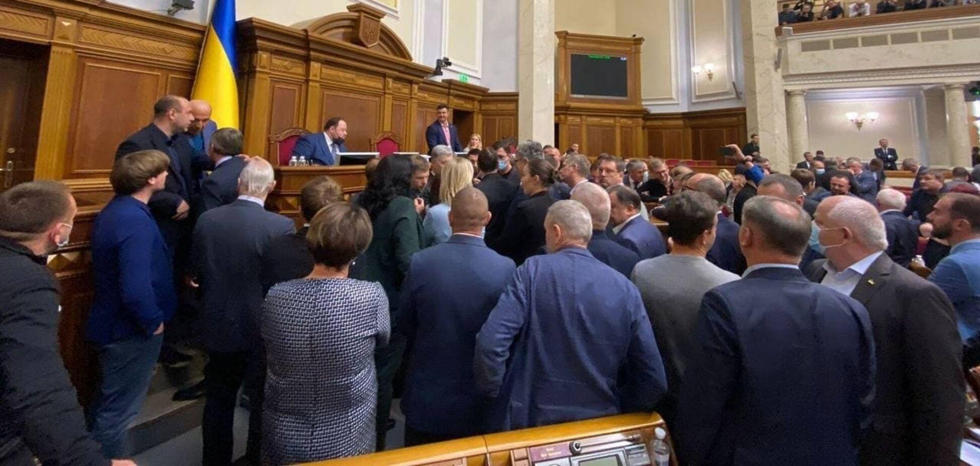 В Раде блокировали трибуну из-за закона об олигархах