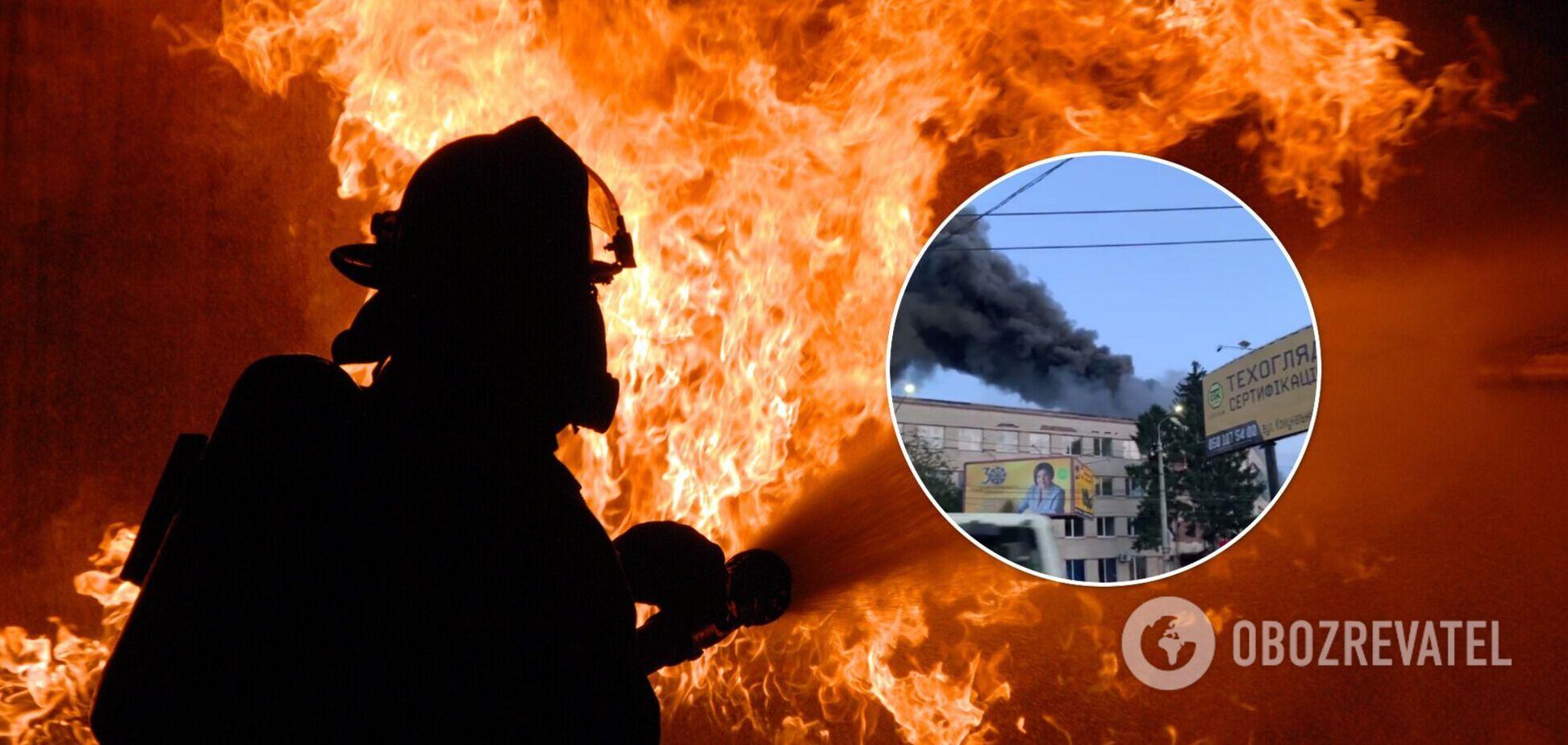 В небо поднялся столб черного дыма: в Черновцах горела мебельная фабрика. Видео