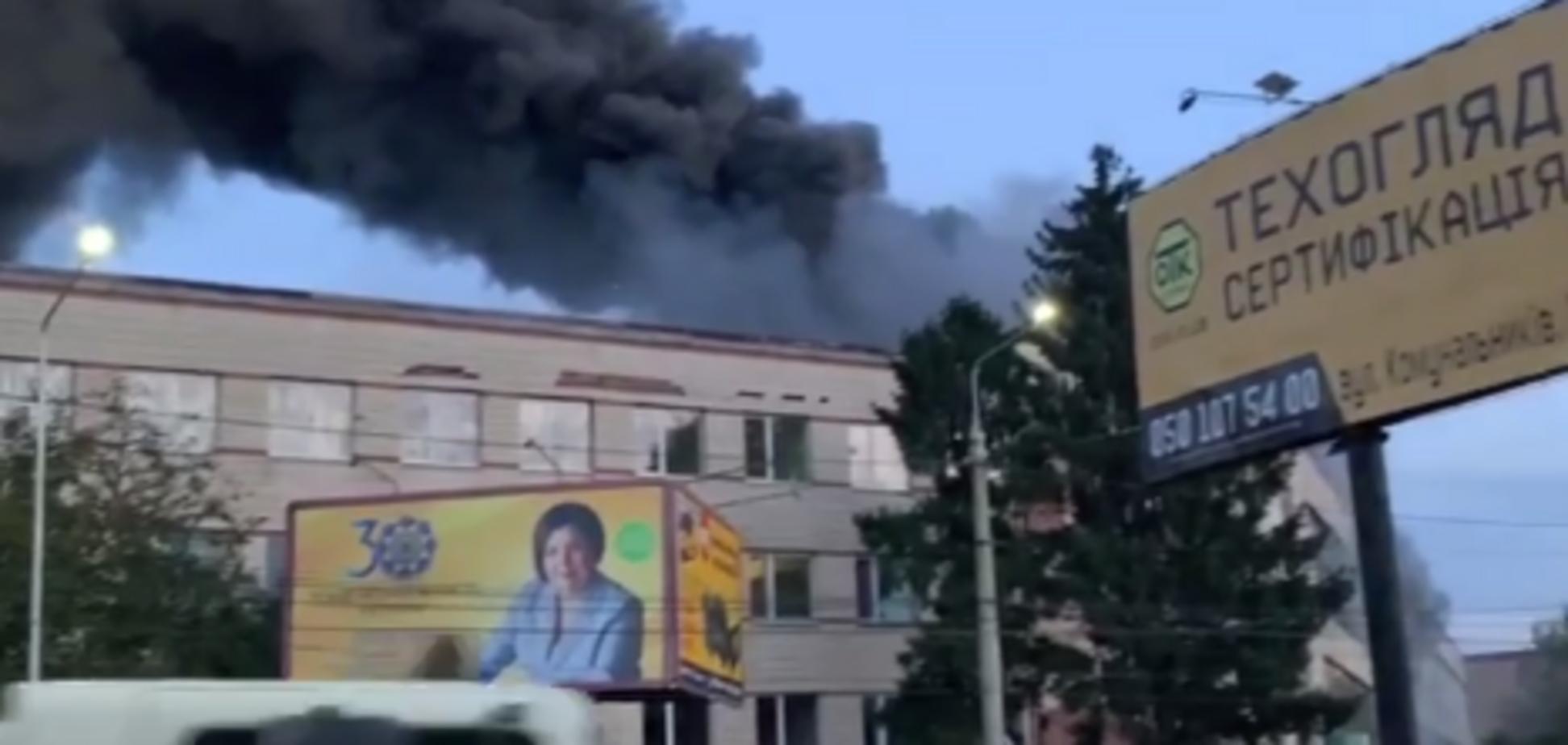 В Черновцах загорелась мебельная фабрика