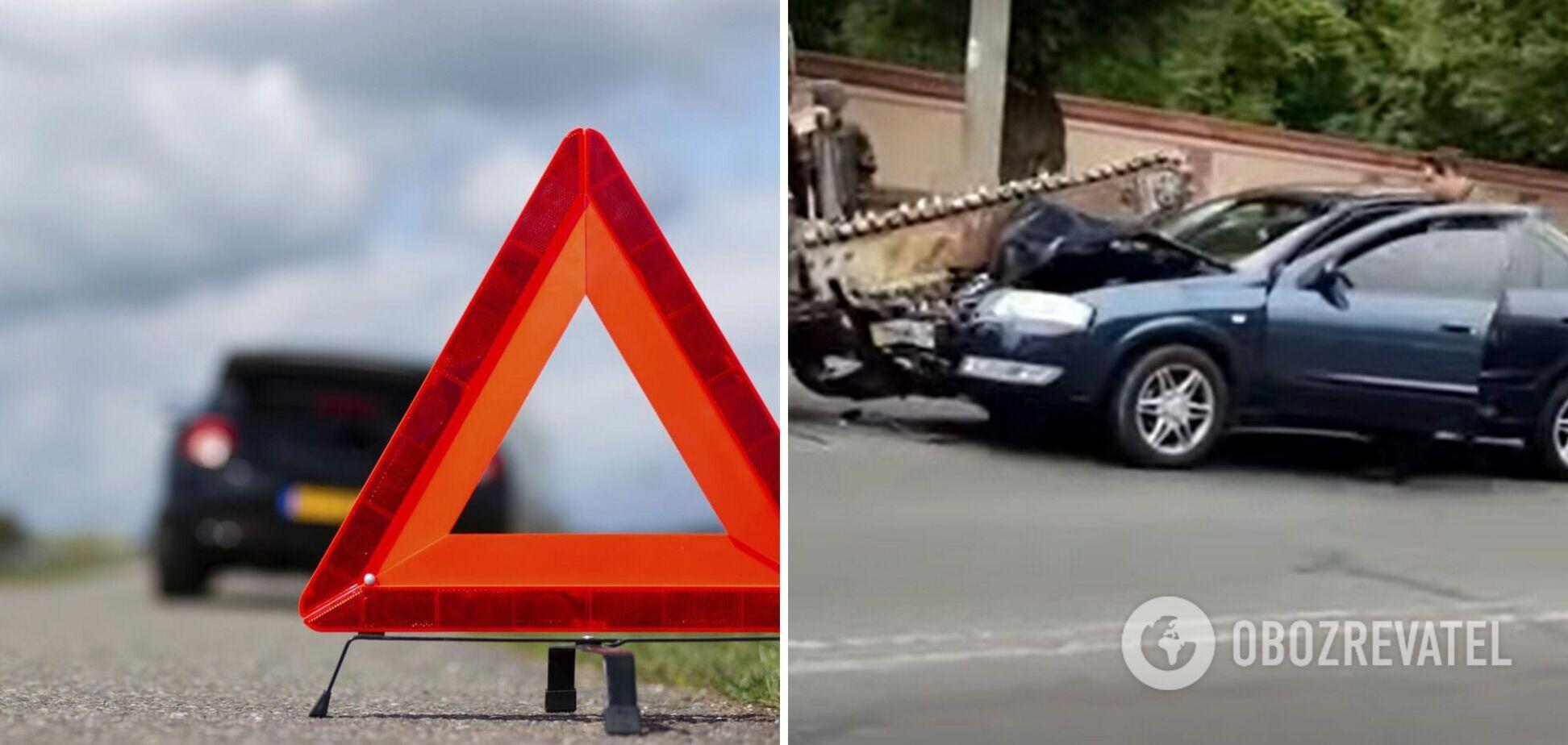 В Одесі авто на дорозі потрапило під пилку трактора: люди дивом не постраждали. Відео