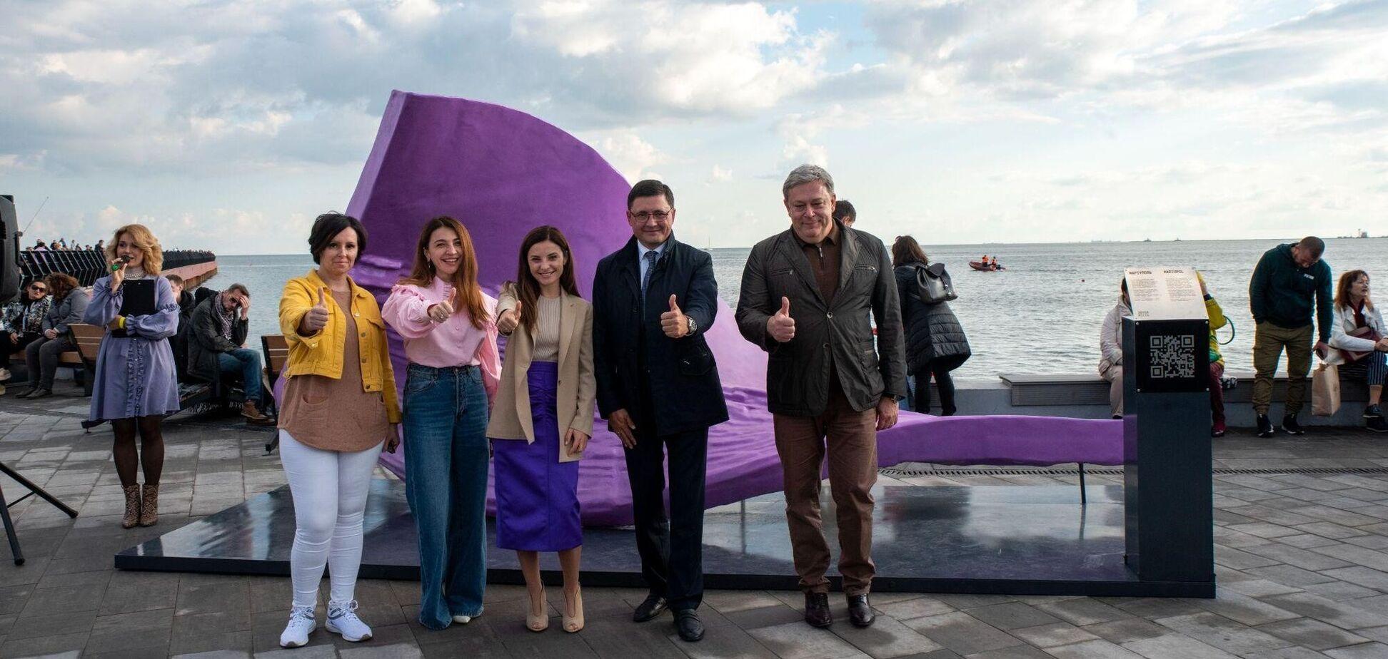 Звуки Маріуполя втілили в унікальній скульптурі – фіолетова хвиля на березі моря