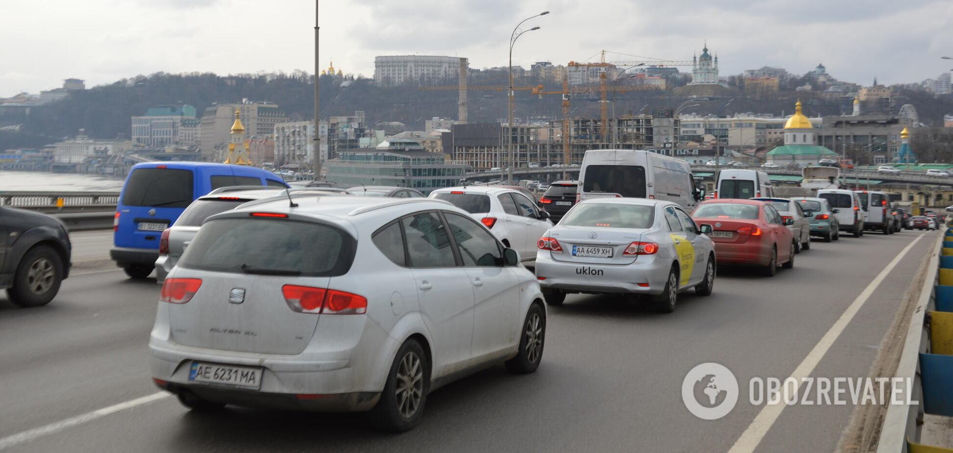 Движение авто на основных дорогах затруднено