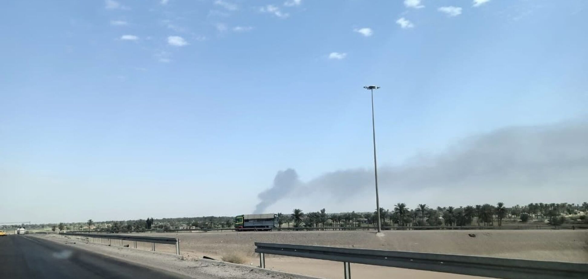 В Багдаде вспыхнул мощный пожар на военной базе, расположенной вблизи аэропорта. Видео