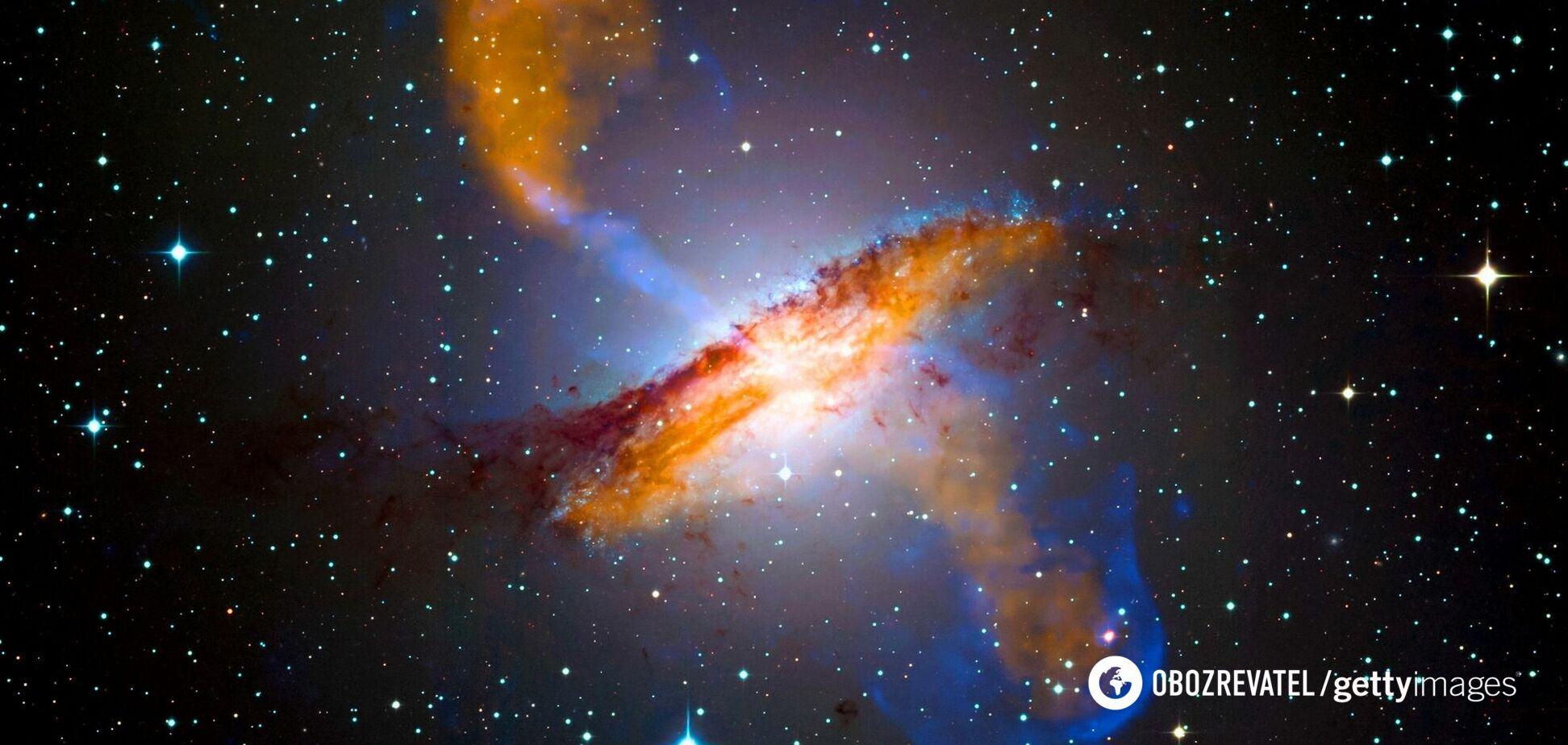 Ученые показали фото огромной галактики, окруженной нитями пыли: находится относительно близко к Земле